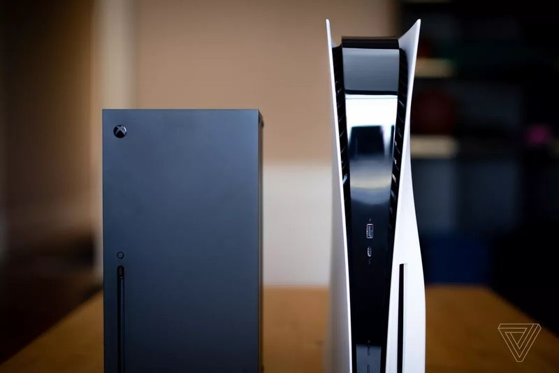 PS5首个奖杯获取瞬间视频公开 外媒发布多张主机体积对比图