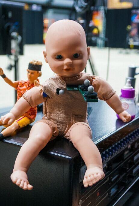 《死亡擱淺》嬰兒拍攝道具公開 有些毛骨悚然